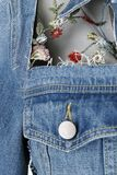 Denimová bunda so sieťovinou a kvetovanou výšivkou