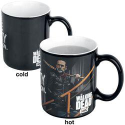 Hrnček Negan s potlačou, ktorá sa pod vplyvom tepla mení