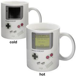 Hrnček Game Boy s potlačou, ktorá sa pod vplyvom tepla mení